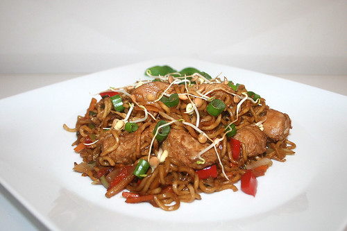 57 - Fried mie noodles with teriyaki turkey - Side view / Gebratenen Mie-Nudeln mit Teriyaki-Pute - Seitenansicht