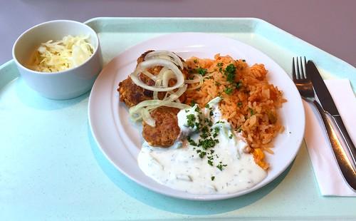 Bifteki with fresh onions, tzatziki & tomato rice / Bifteki mit frischen Zwiebeln, Tzatziki & Tomatenreis