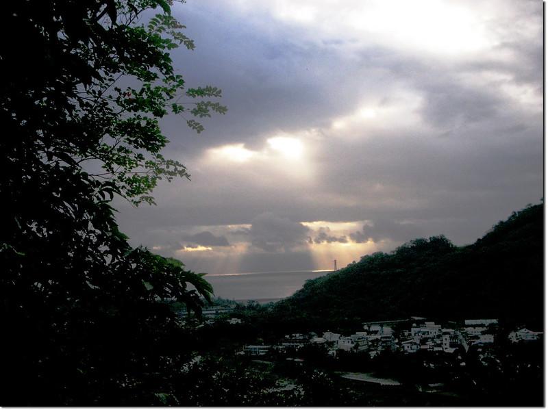 登論外山途中俯瞰三棧社區及三棧溪出海口