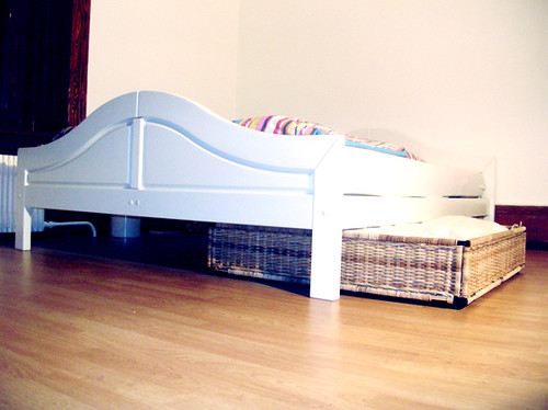weisses doppelbett bettschublade aus rattan. Black Bedroom Furniture Sets. Home Design Ideas