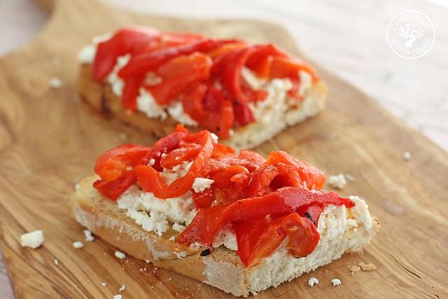 Tostas de queso feta y pimientos asados www.cocinandoentreolivos.com (9)