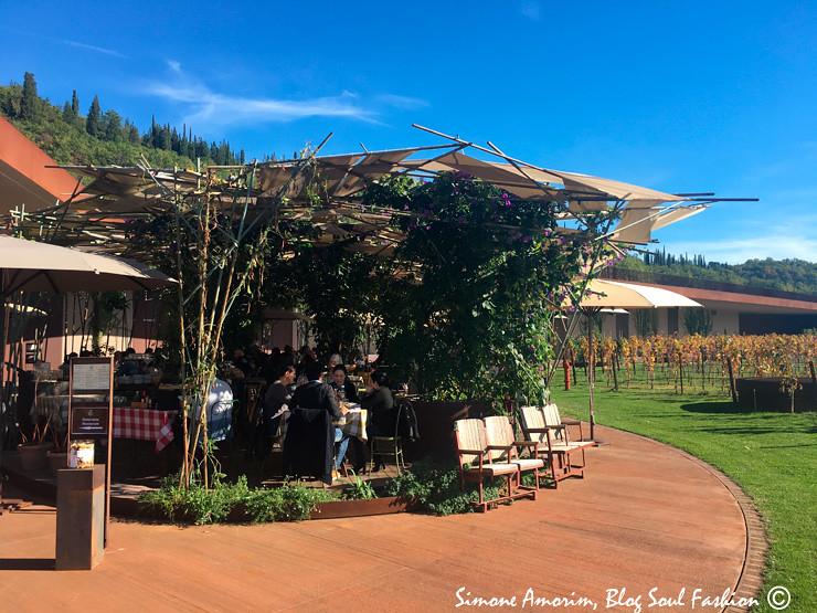 O lindo jaedim externo do restaurante Rinunccio 1180.
