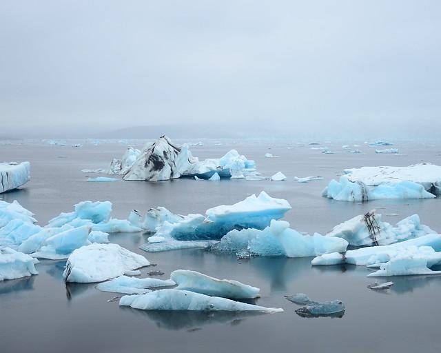 Enormes bloques de hielo entre la niebla