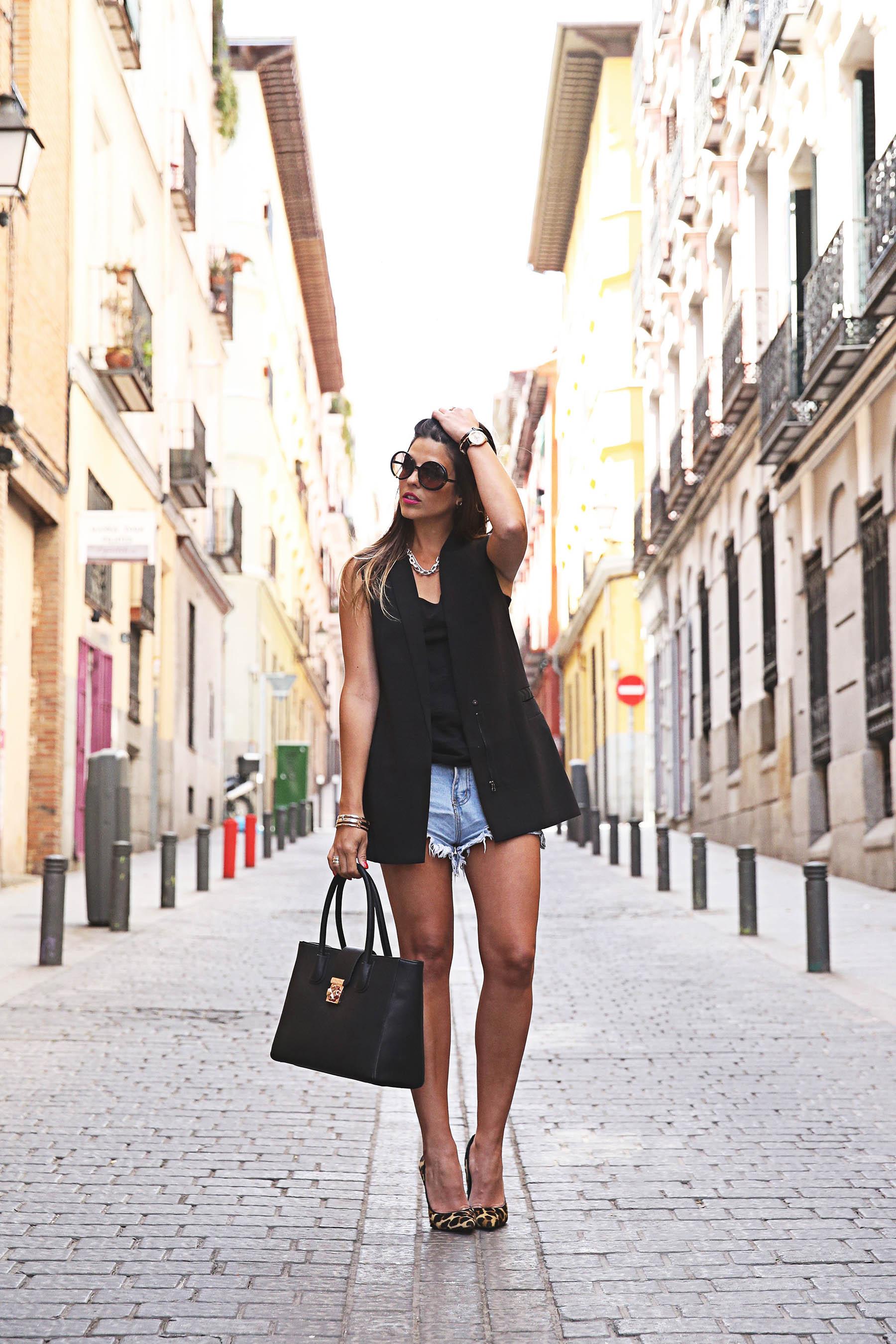 trendy-taste-look-outfit-street-style-ootd-blog-blogger-fashion-spain-moda-españa-leo-print-estiletos-mas34-leather-bag-denim-shorts-vaqueros-rotos-4