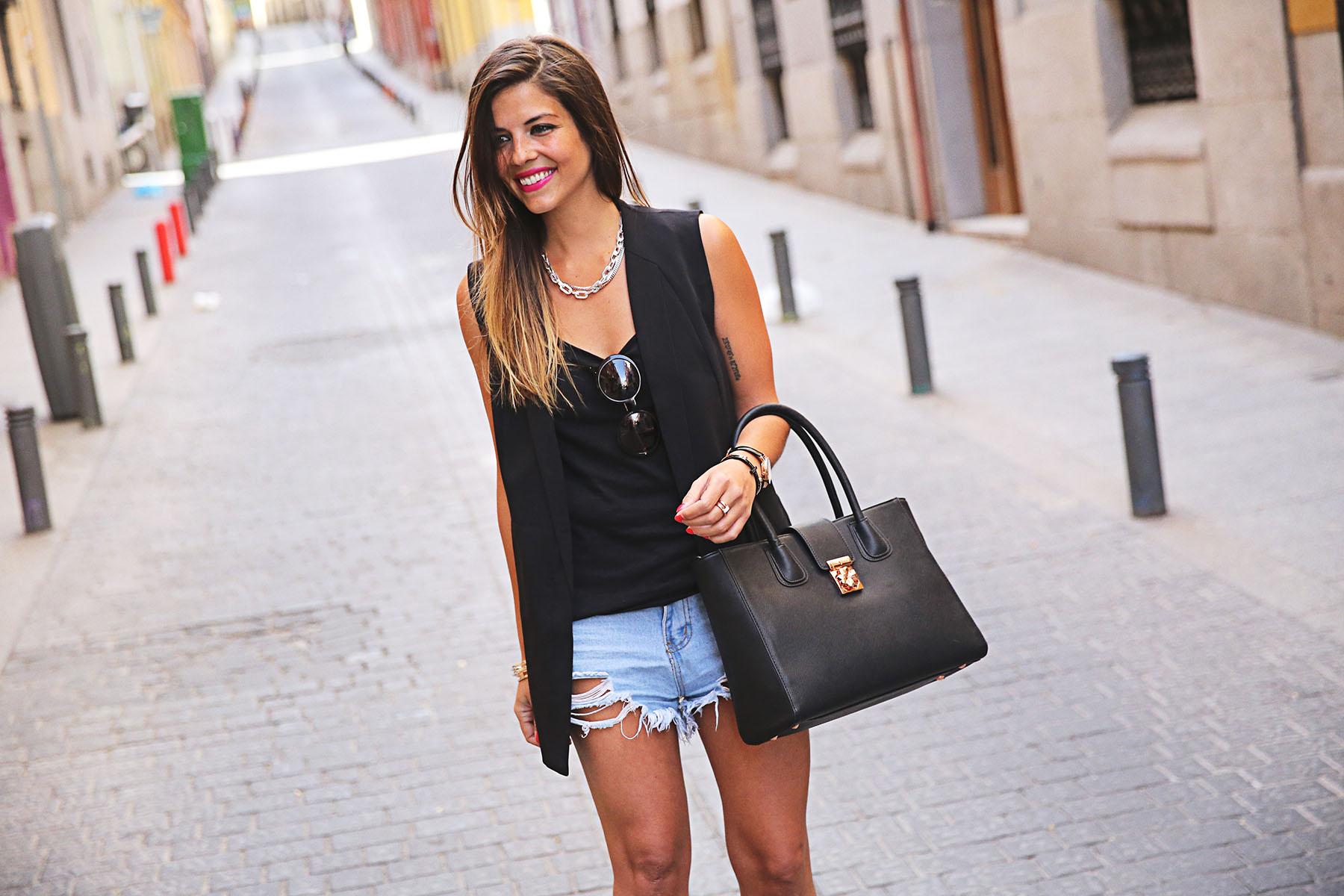 trendy-taste-look-outfit-street-style-ootd-blog-blogger-fashion-spain-moda-españa-leo-print-estiletos-mas34-leather-bag-denim-shorts-vaqueros-rotos-12