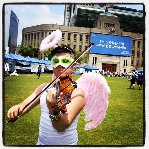 The beginning of the days pride festival these was marked by pretty sedate and friendly activities, such as this angelic violin player doing a heartfelt number in front of Seoul City Hall.