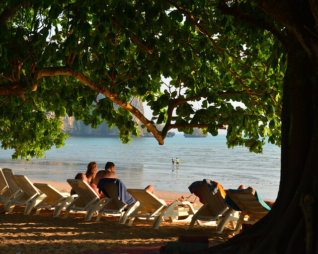Atardecer en tumbonas en la playa de Ao Nang, en Tailandia