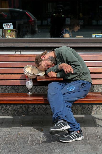 Sleeping man on the street, Saint Petersburg, Russia サンクトペテルブルク、ネフスキー大通りで寝ている男性