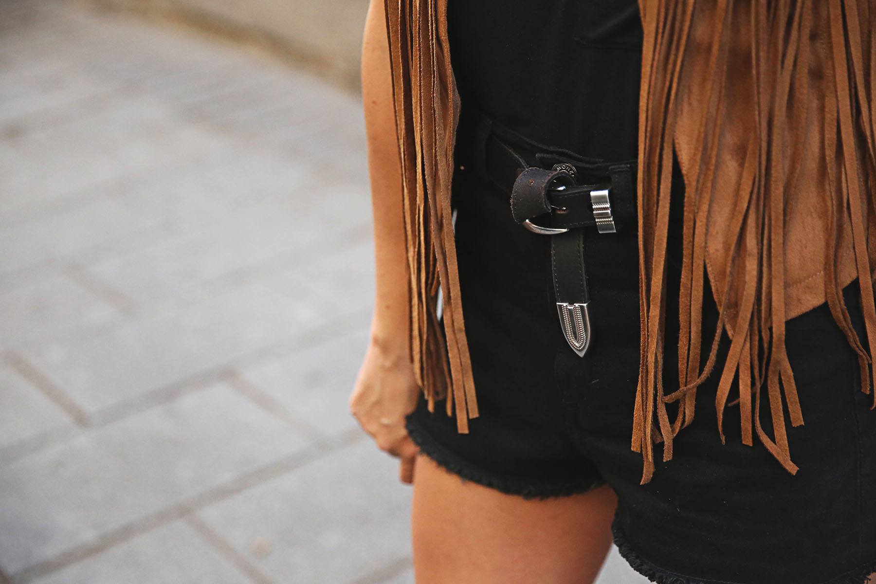 trendy-taste-look-outfit-street-style-ootd-blog-blogger-fashion-spain-moda-españa-chaleco-flecos-fringed-vest-balenciaga-mustt-botines-camperos-shorts-negros-dior-sunnies-gafas-3