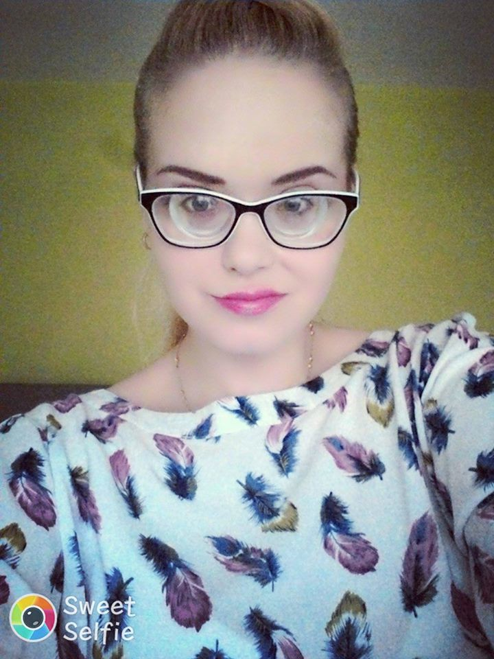 Girl With The Blog: Stunning Blonde Girl With Very Strong Glasses