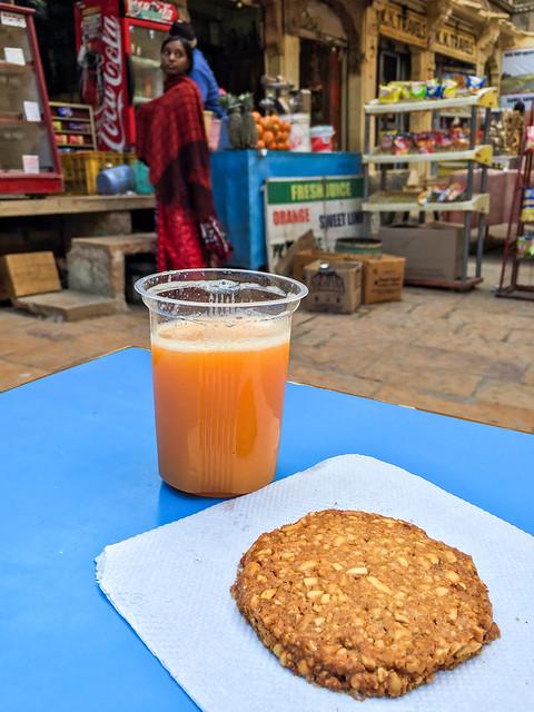 Having a break with yummy peanuts cockie and fresh orange juice, Jaisalmer Fort, India ジャイサルメール、フォートの中でオヤツ休憩