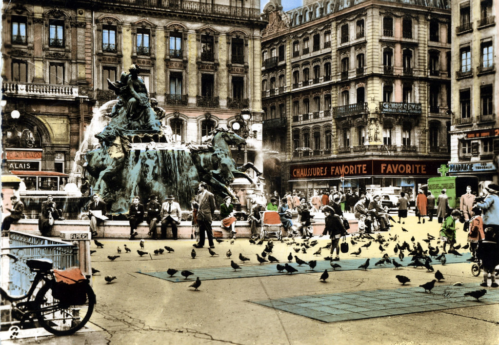 Carte postale de la place des Terreaux à Lyon avant le déplacement de la fontaine de Bartholdi