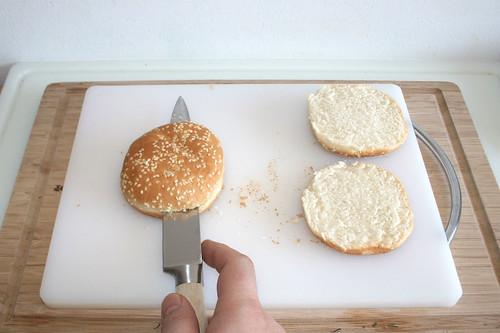 19 - Hamburger-Brötchen aufschneiden / Cut hamburger buns