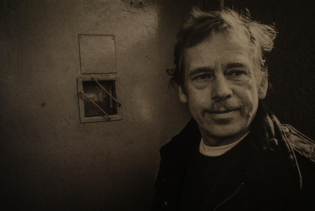 Le président Vaclav Havel devant la porte de la prison où il fût emprisonné par le régime communiste.