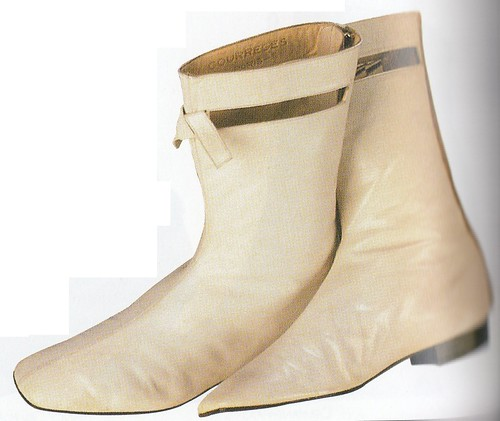 The Go-go boot, Andre Courreges, 1964.(ゴーゴー・ブーツ、アンドレ・クレージュ、1964年)