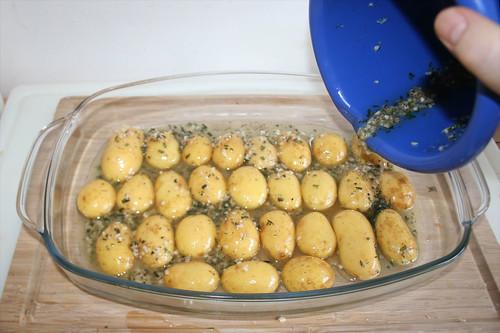 49 - Kartoffeln in Auflaufform geben / Put potatoes in casserole