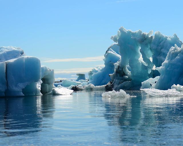 Gigantescos icebergs a nuestro paso con la zodiac entre ellos