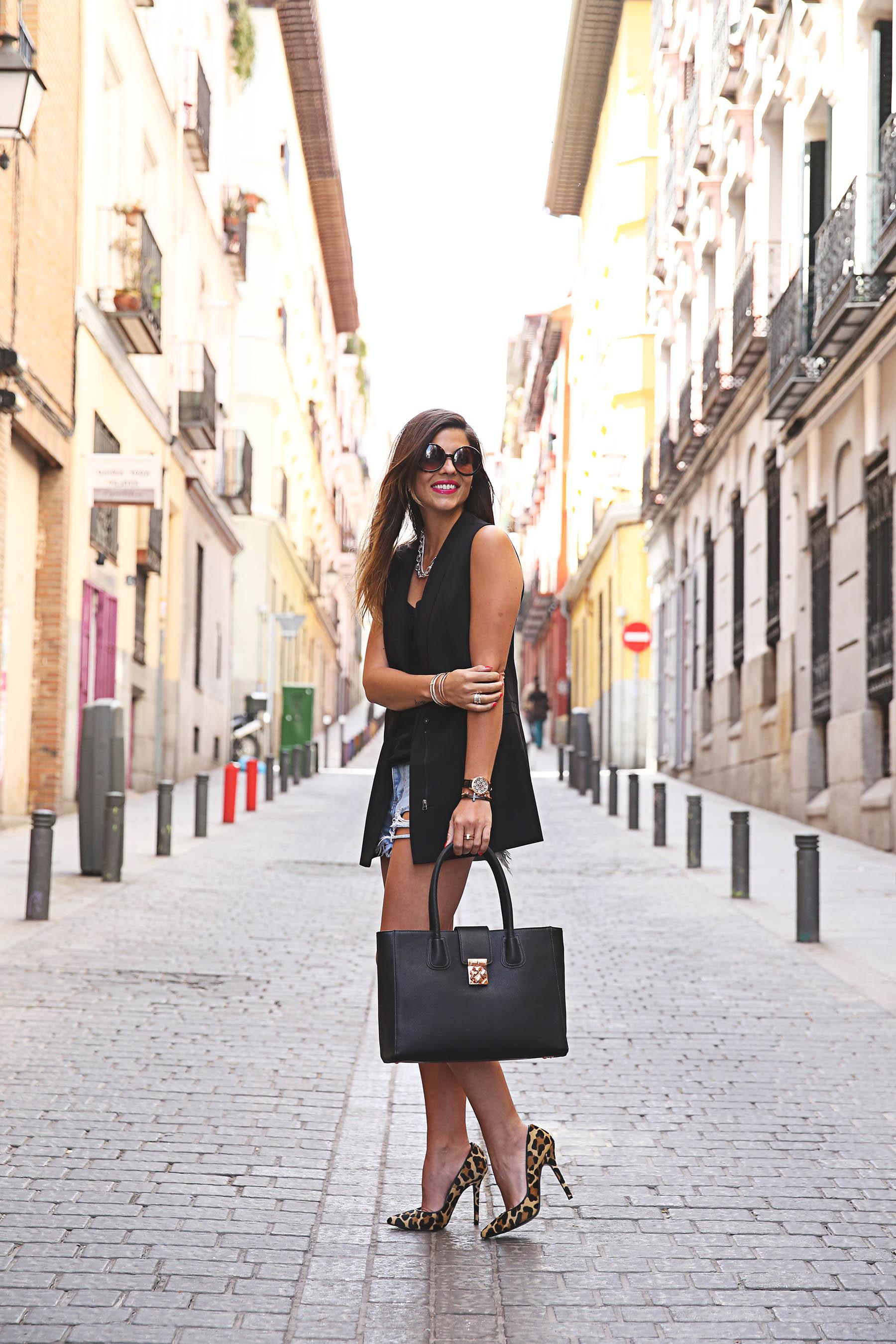 trendy-taste-look-outfit-street-style-ootd-blog-blogger-fashion-spain-moda-españa-leo-print-estiletos-mas34-leather-bag-denim-shorts-vaqueros-rotos-5