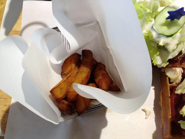 炸雞鬆餅的組合裡有附個幾根地瓜薯條@Mr. TKK 頂呱呱新型態概念店