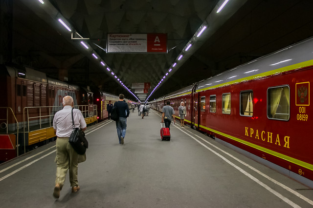 Red Arrow sleeper train waiting for departure, Saint Petersburg, Russia サンクトペテルブルク、モスクワ駅で出発を待つ赤い矢号(レッドアロー号)