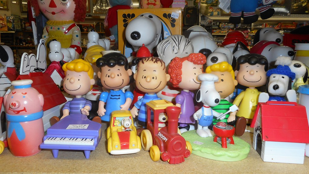 The Peanuts Characters Snoopy, Schroder, Lucy, LInus, all ...