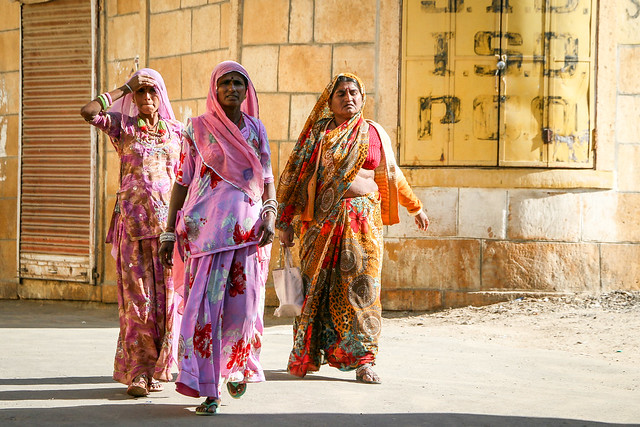 Colorful women in Jaisalmer, India ジャイサルメール カラフルな民族衣装の女性たち