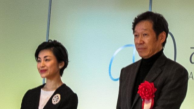 東京から開幕に来場していた三菱一号館美術館の高橋明也館長(右)と梅原のひ孫の嶋田華子さん