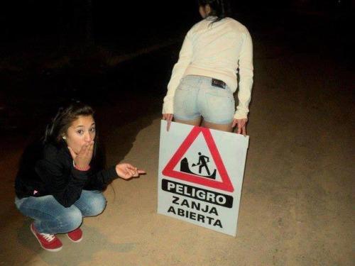 foto graciosa de señal y dos chicas