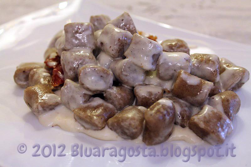 08-gnocchi all'acqua con polvere di porcini fonduta di toma e petali di speck
