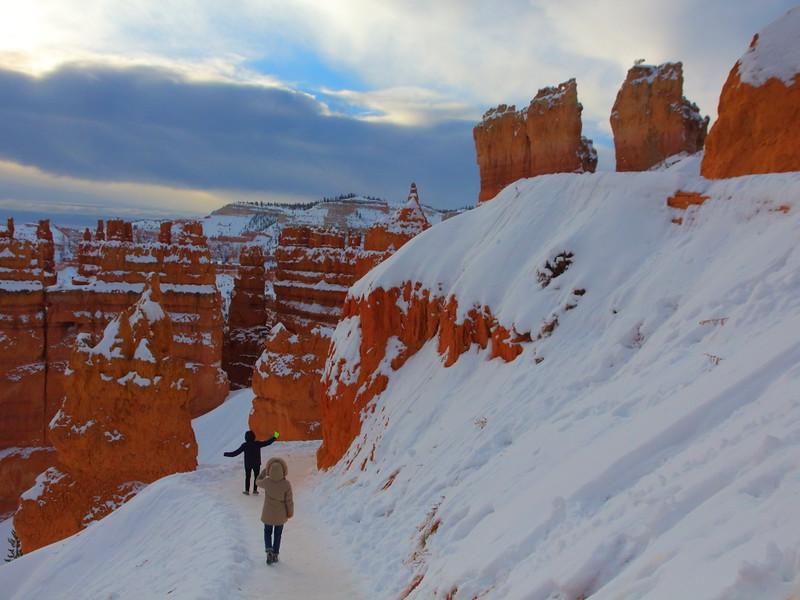 IMG_8541 Hikers on Navajo Loop Trail