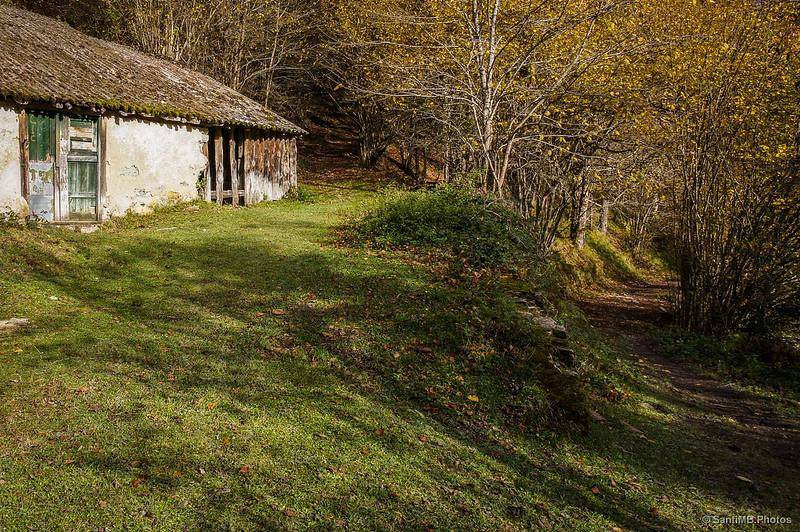 El camino sigue detrás de la casa forestal de Irabia.