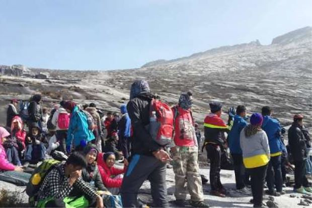 As night falls, 190 still trapped on Mt Kinabalu