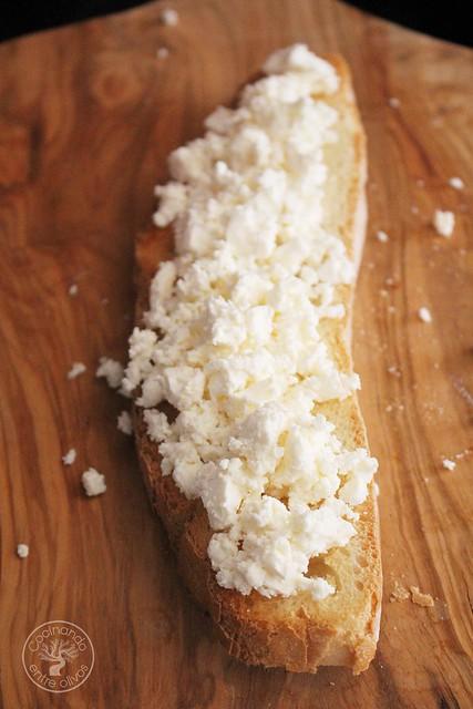 Tostas de queso feta y pimientos asados www.cocinandoentreolivos.com (5)