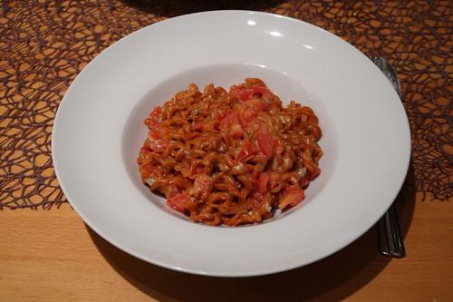 Tomaten-Paprika-Nudeln mit frischen Tomaten und Gorgonzola