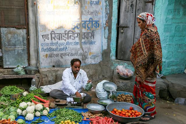 A street vegetable shop, Jodhpur, India ジョードプル 路上の野菜売り