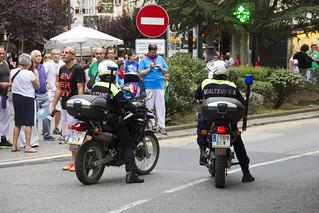Policías controlando a la gente en fiestas