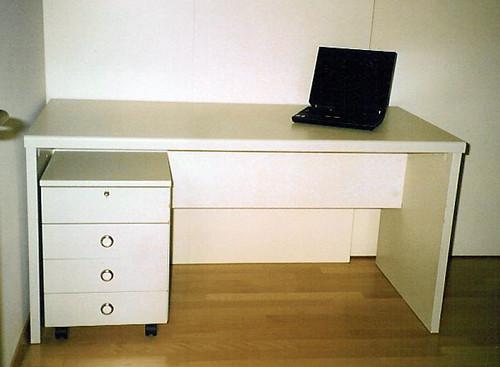 weisser schreibtisch mit schubladenkorpus schreibtisch aus flickr. Black Bedroom Furniture Sets. Home Design Ideas