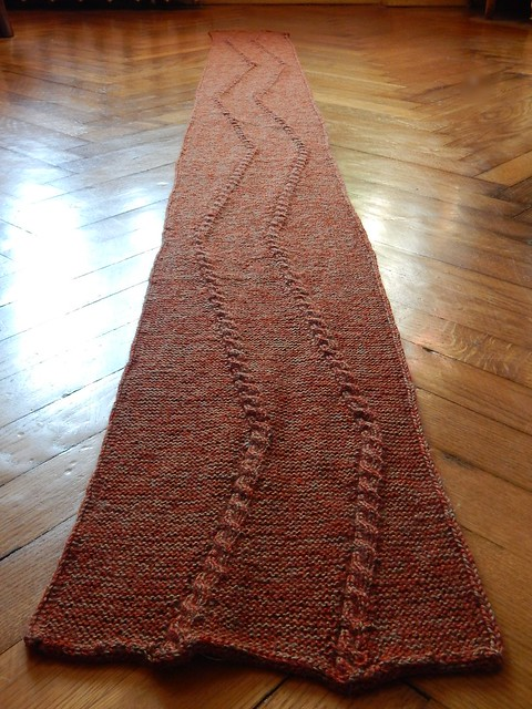 шарф спицами с двусторонним узором из жгутов, двойной кромочной петлёй и дуршнуром по краям | horoshogromko.ru