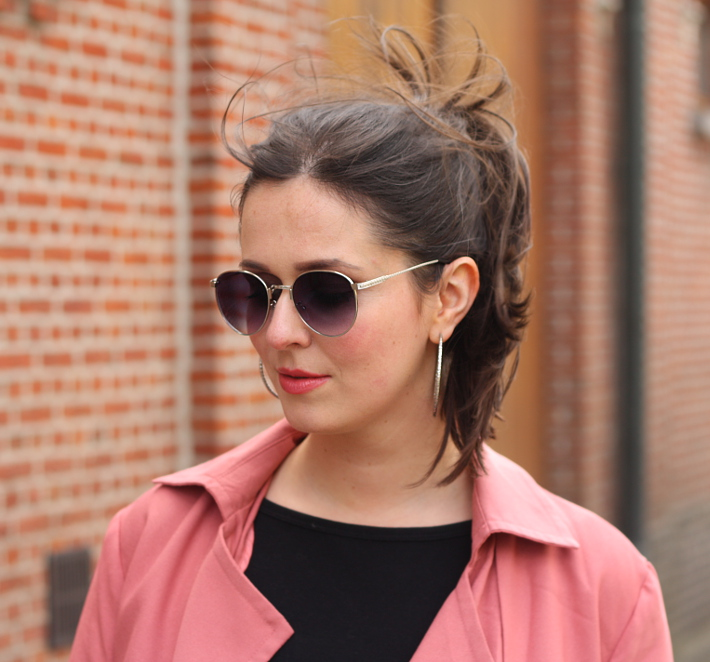 Polette sunglasses, hoop earrings, high ponytail