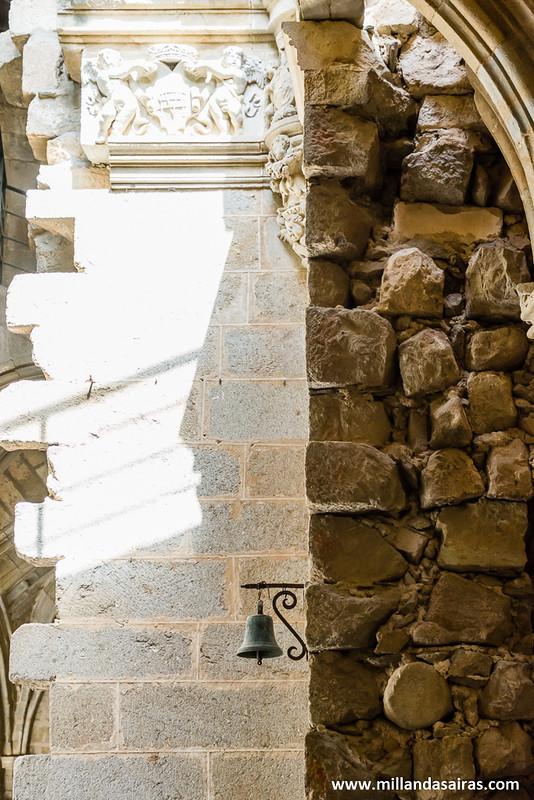 Zonas de unión de las dos catedrales. Y una campana solitaria, que siempre mola!