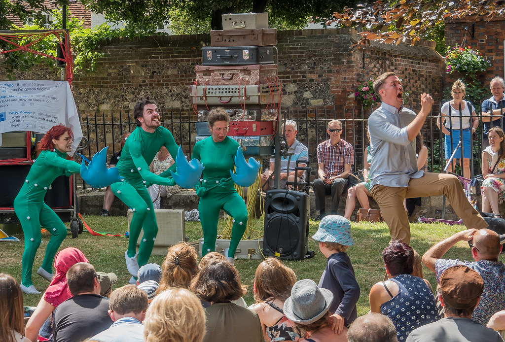 ... Street entertainers  Wet Picnic  entertain at the 2015 Winchester Hat  Fair  511d87b7bff3