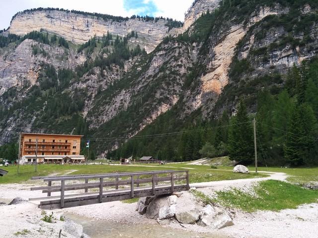 Start beim Berggasthaus Pederü über die Brücke