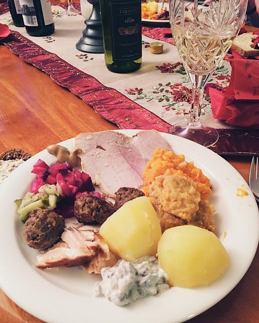 JouluRuokaKinkku, christmas food, christmas dinner, joulu ruokalautanen, christmas plate, christmas casseroles, joululaatikot, porkkanalaatikko, lanttulaatikko, rosolli, rosolli salaatti, perunat, lihapullat, potatoes, meatballs, ham, kinkku, joulukinkku,