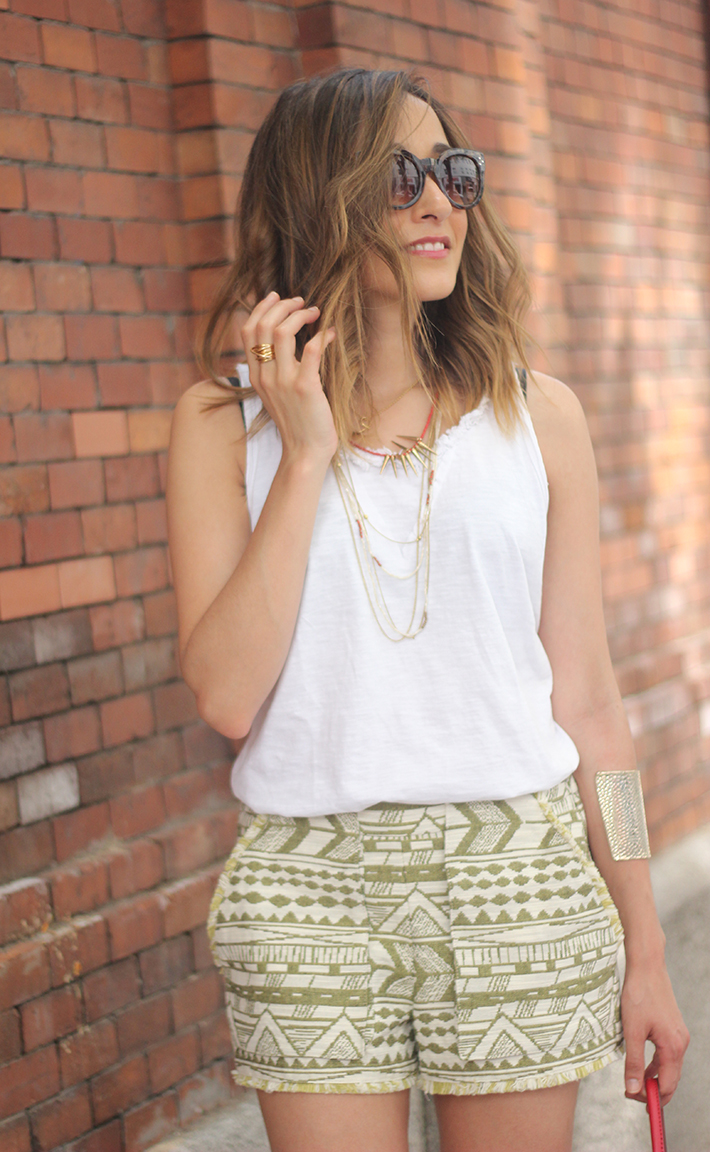 printed shorts zara white shirt summer outfit13