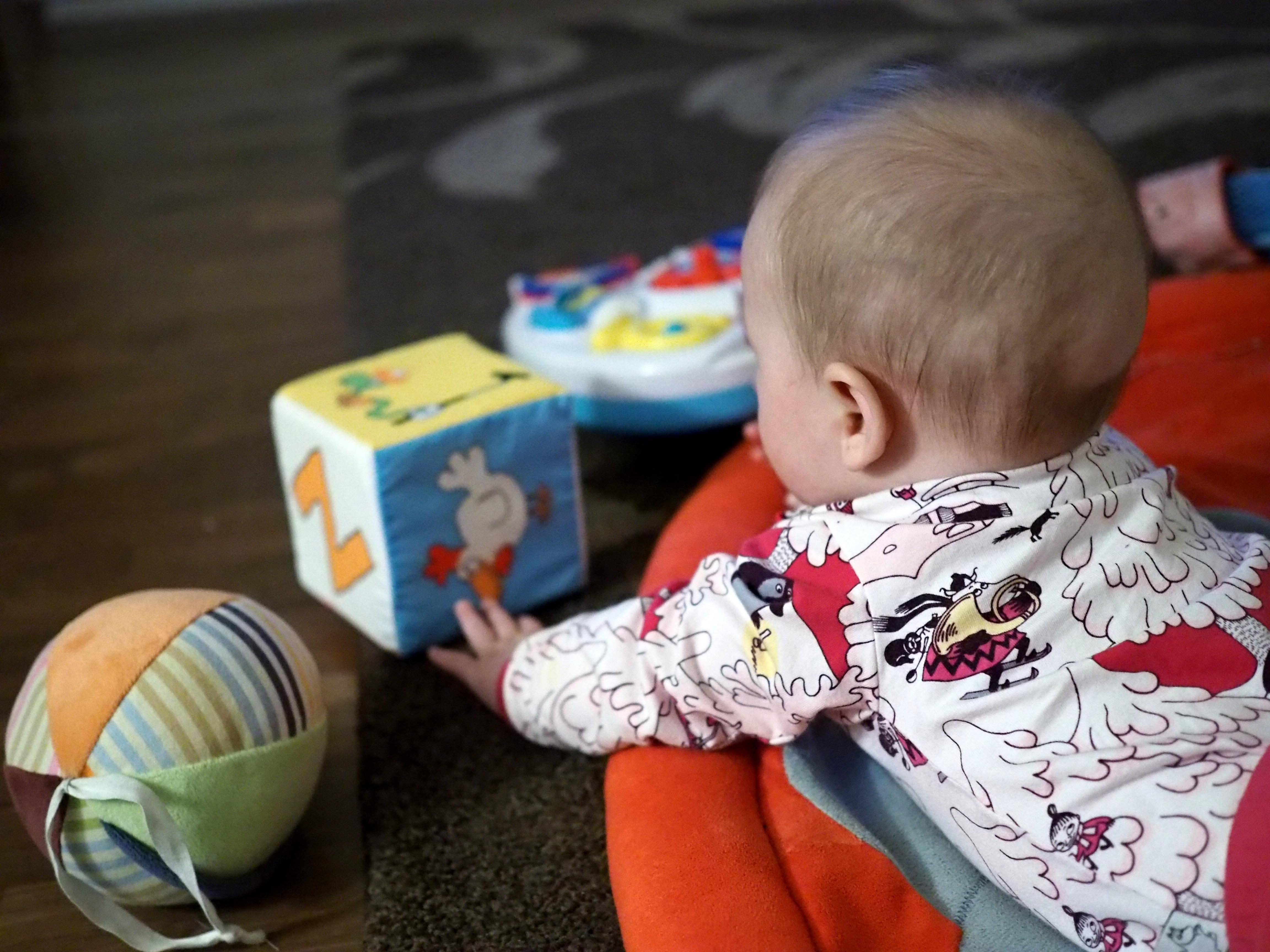 vauva leikki