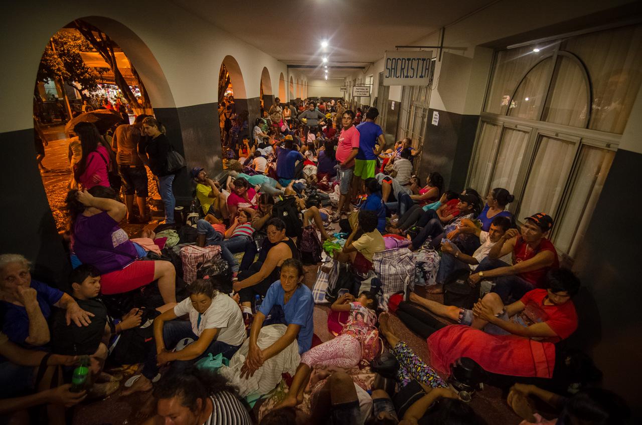 Miles de peregrinantes descansan bajo techo en las alas del templo de Caacupé, personas que han caminado decenas de kilómetros se acuestan en dichos lugares para reponer energías y estar listos para la misa central del 8 de Diciembre. (Elton Núñez).