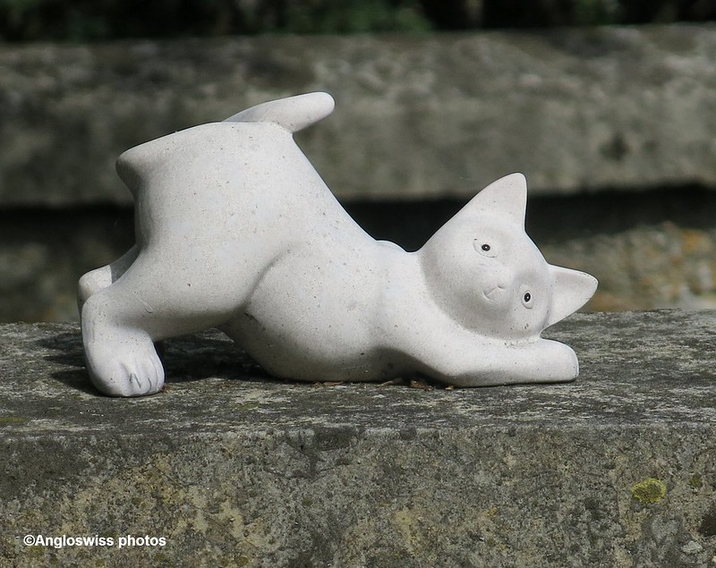 Cat ornament on grave