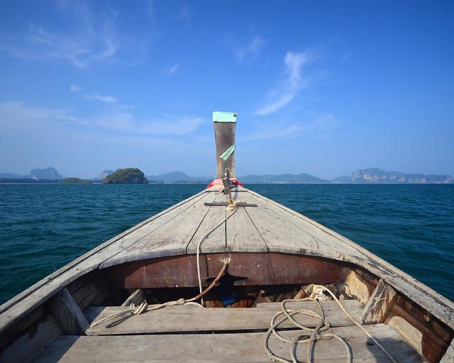 Vistas de nuestra barca navegando por las islas paradisíacas de Tailandia