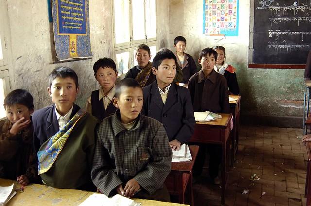 学校で授業を受けるチベット族の子供達(cjmaru/Flicker)