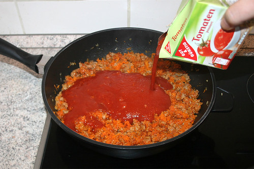 25 - Mit passierten Tomaten ablöschen / Deglaze with tomatoes
